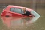 Ôtô 'chết chìm' giữa đường, nữ tài xế chật vật trèo lên nóc xe cầu cứu