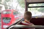 Trẻ bị bỏ quên trên xe buýt của trường và may mắn thoát chết