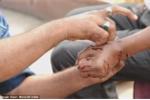 Dân Ấn Độ xếp hàng dài để được rạch chân, tay chữa bệnh