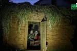 Bị chồng ép ra khỏi nhà khi đến kỳ kinh nguyệt, vợ chết thương tâm cùng 2 con