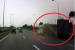 Xe khách chuyển làn, dừng đột ngột bị xe tải húc đuôi trên đại lộ Thăng Long