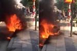 Clip: Bị CSGT xử phạt, thanh niên châm lửa đốt xe máy ngay tại chỗ