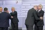 Clip: Chủ tịch Ủy ban châu Âu như người say, ôm hôn, 'tát yêu' các lãnh đạo thế giới
