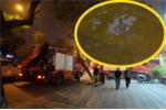 Video: Giải cứu trong đêm người đàn ông cố thủ trên nóc nhà hơn 8 giờ ở Hà Nội