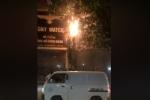 Cột điện phát nổ, bốc cháy dữ dội ở Hà Nội