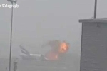 Khoảnh khắc máy bay phát nổ trên đường băng Dubai