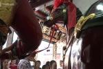 Người Hoa ở Sài Gòn đi chùa rung chuông ngựa cầu may đầu năm mới