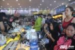 Mưa lũ gây mất điện suốt 2 ngày, dân Khánh Hoà đổ xô tìm điểm sạc điện thoại miễn phí