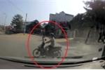 Clip: Xe máy phi qua đầu ô tô như 1 cơn gió, tài xế phanh xe dúi dụi
