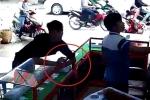 Clip: Thanh niên trộm 2 iPhone nhanh như cắt trước mặt người bán hàng