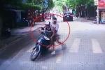 Clip: Thanh niên Tây đi xe máy như tráng trứng, ngã sấp mặt trước đầu ô tô