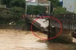 Clip: Hiện trường vụ lũ cuốn sập cầu, nhiều người rơi xuống sông ở Yên Bái