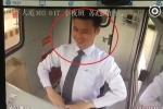 Clip: Nhân viên thu phí cười như robot khiến dân mạng nổi da gà