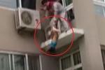 Clip: Nghẹt thở cứu bé trai tuột tay rơi khỏi tầng 5 chung cư