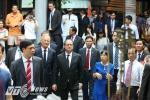 Tổng thống Pháp dạo phố cổ Hà Nội, ghé thăm Đình Kim Ngân trên phố Hàng Bạc
