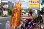 Bánh mỳ khổng lồ dài 1m ở An Giang khiến thế giới sửng sốt