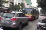 Xe buýt nghênh ngang lấn làn, bị ôtô đấu đầu ép lùi trên phố Hà Nội
