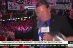 Video: Bị hất bia thẳng mặt, phóng viên bình tĩnh tác nghiệp giữa hàng trăm CĐV Anh