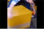 Há hốc mồm với 'kungfu' gói hàng thiện nghệ của chàng trai trẻ