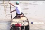 Cậu học sinh tự chèo xuồng vượt gần 5km đường sông để đi học