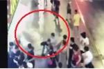 Clip: Kinh hoàng biển hiệu khổng lồ rơi đè chết 3 người trên vỉa hè