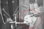 Clip: Đột ngột lên cơn đau tim, tài xế kịp dừng xe buýt cứu mạng hành khách trước khi chết