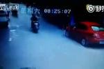 Nhảy lầu tự tử, rơi trúng người đi xe máy