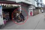 Clip: Nam thanh nữ tú đi xe máy trắng trợn ăn cắp két bia, nước ngọt ở Hà Nội