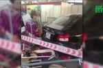 Nhân viên rửa ô tô đạp nhầm chân ga, 5 người bị thương nặng