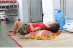 Hành lang là giường, nền nhà là mâm cơm, xót ruột nghe trẻ rên la vì tay chân miệng