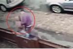 Clip: Bé gái 12 tuổi vật lộn với tên cướp to khỏe để giành lại điện thoại