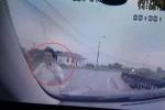 Vượt ẩu suýt đấu đầu ô tô, thanh niên đi xe máy giơ tay xin lỗi