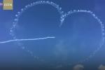 Máy bay nhả khói vẽ 'mũi tên đâm xuyên tim' giữa trời