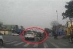 Bi hài clip ôtô, xe máy tức tối chặn nhau khi cùng... vượt đèn đỏ
