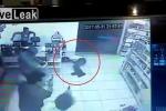 Xông vào cửa hàng toàn 'cao thủ' có súng, tên cướp bị bắn gục tại chỗ ở Brazil