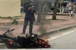 Xe máy đang đi cháy trơ khung sắt trên phố Hà Nội