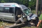 Xe khách húc đổ cột điện cao thế, 4 người bị thương nặng