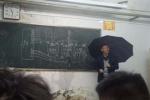 Xúc động clip thầy giáo già cầm ô giảng bài giữa lớp học dột nước