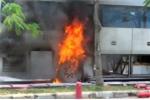 Clip: Ôtô chở hơn chục khách cháy ngùn ngụt trên đại lộ ở Sài Gòn