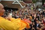 Nhà sư tung lộc ở Chùa Hương: Văn hóa Phật giáo không phải để mua vui