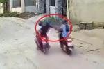 Clip: Cướp chạy xe máy áp sát, giật điện thoại của nữ công nhân