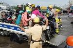 Video: CSGT lội nước, dùng xe công vụ giúp dân vượt đường ngập