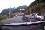 Xôn xao clip ô tô biển xanh đối đầu xe tải ở Sơn La