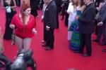 Người mẫu Nga bị tuột váy, lộ cả nội y trên thảm đỏ Cannes bị 'khui' lại