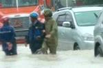 Clip: CSGT dầm mưa, lội nước giúp người dân vượt lũ