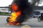 Video: Xe máy bốc cháy ngùn ngụt trên đường phố Bình Dương