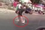 Clip: Đường chảy nhựa nhão nhoét vì nắng nóng, thanh niên vừa đi vừa vật vã gỡ dép