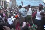 Clip: Hàng trăm người cật lực ném phân bò vào nhau đến bầm dập ở Ấn Độ