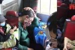 Hành khách vạ vật, nằm kín lối đi trên chuyến tàu về quê ăn Tết