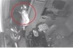 Clip: Xem bóng đá quên khóa cửa trong, trộm đột nhập cuỗm liền 3 xe máy